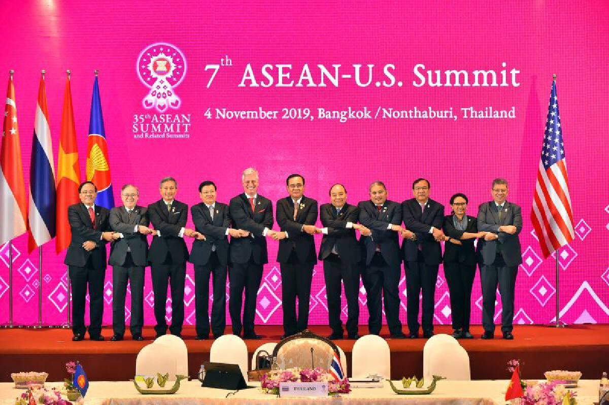 """เทียบภาพ อาเซียนจับมือ """"ผู้นำจีน"""" กับ """"ตัวแทนทรัมป์"""""""