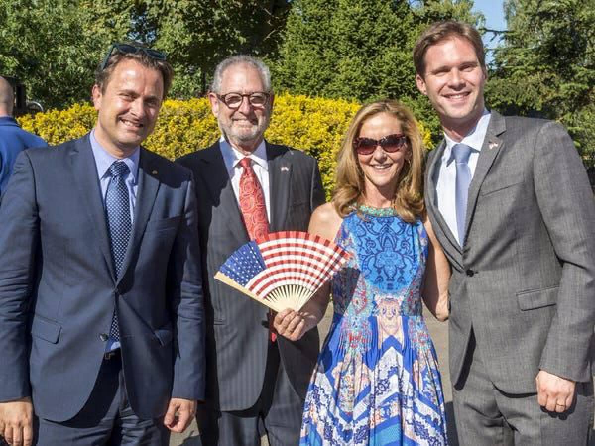 นายซาเวียร์ เบตเทล นายกรัฐมนตรีลักเซมเบิร์ก(ซ้ายสุด) กับคู่สมรสของเขา (ขวาสุด)