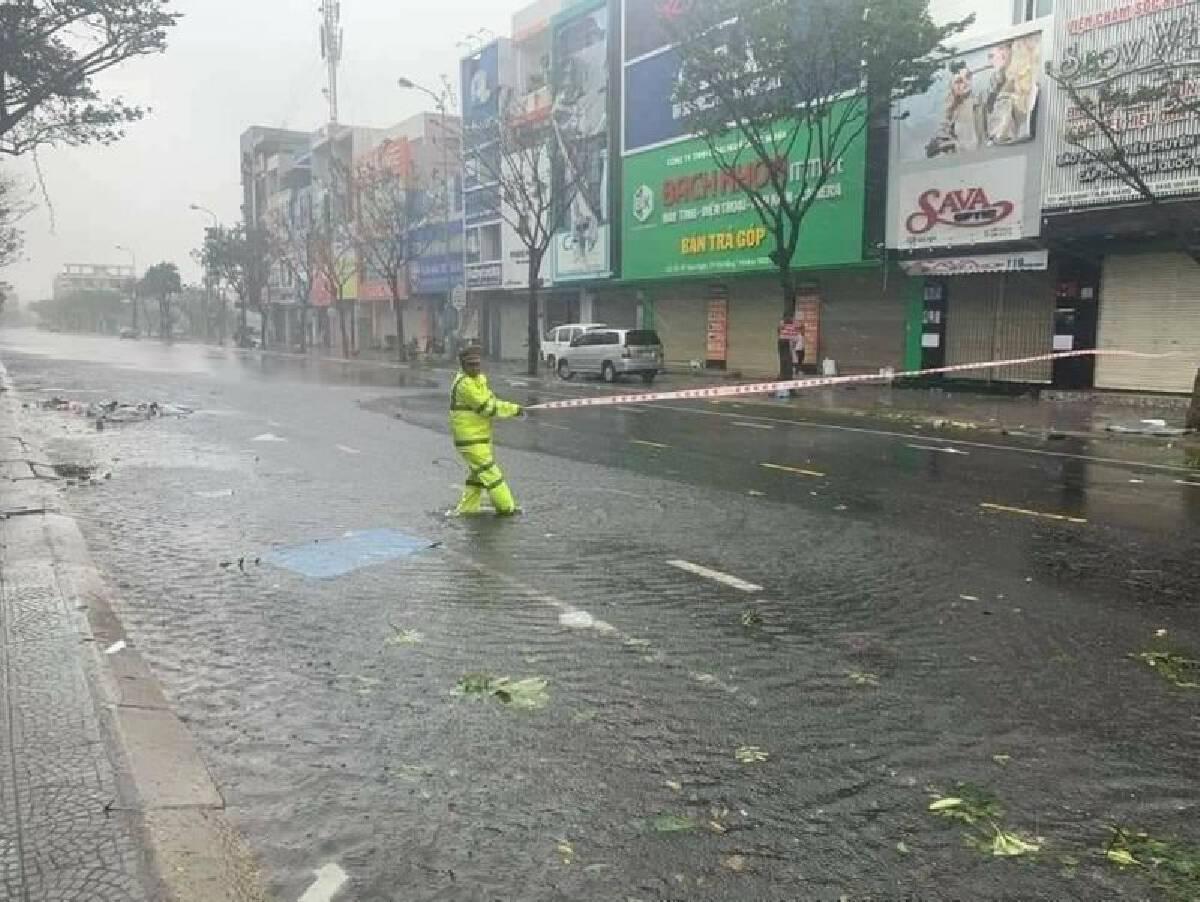"""(คลิป) """"พายุโมลาเบ"""" ถล่มเวียดนาม เสียชีวิตแล้ว 160 คน"""