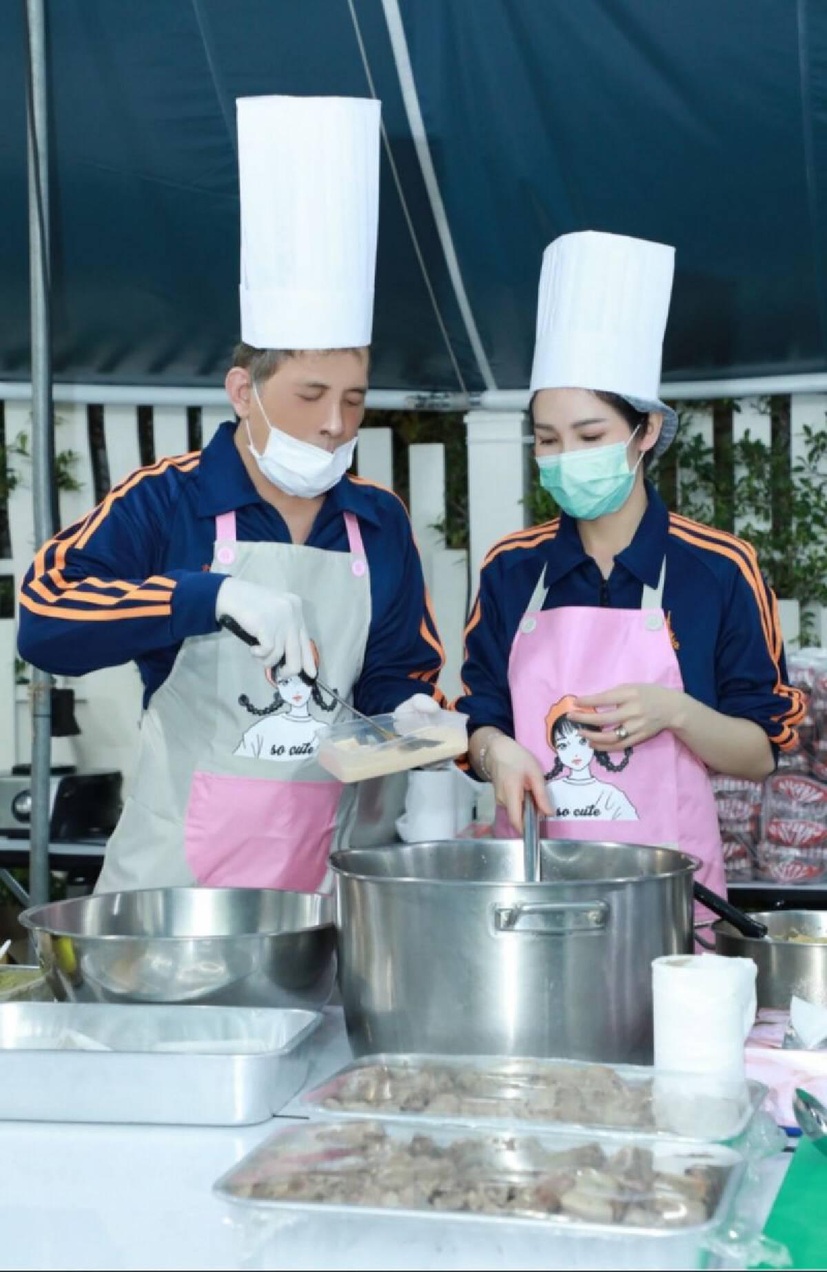 ในหลวงทรงประกอบอาหารพระราชทาน แก่บุคลากรทางการแพทย์ ณ โรงพยาบาลสนามและโรงพยาบาลต่างๆ