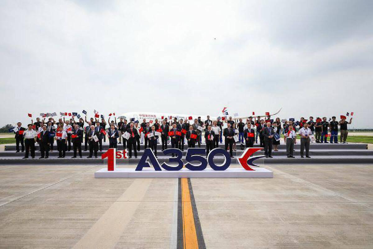 """แอร์บัสส่งมอบ """"เอ350"""" ลำแรกที่ผลิตจากศูนย์ประกอบเครื่องบินในจีน"""