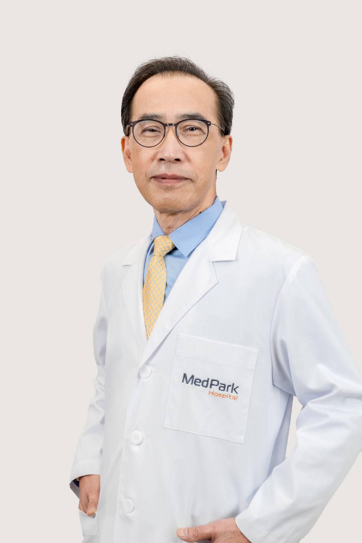 """ผศ.นพ.มนต์เดช สุขปราณี"""" อายุรแพทย์โรคติดเชื้อ โรงพยาบาลเมดพาร์ค"""
