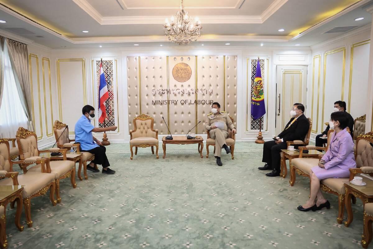 รัฐมนตรีแรงงานและทีมงานหารือกับนายกสมาคมการค้าเครือข่ายแท็กซี่ไทย
