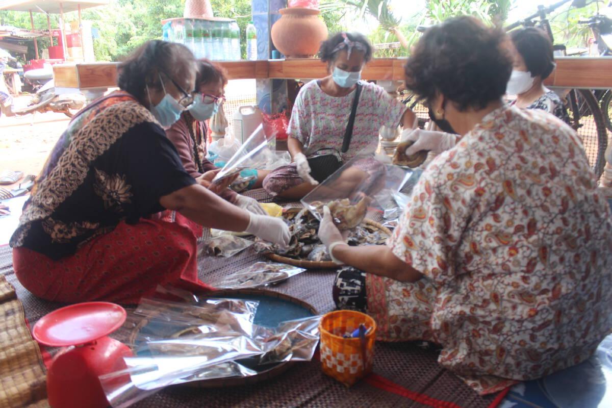 ชาวบ้านหนองแคทรายโคราชทำปลาแดดเดียวจากสระหมู่บ้านแจกผู้กักตัว
