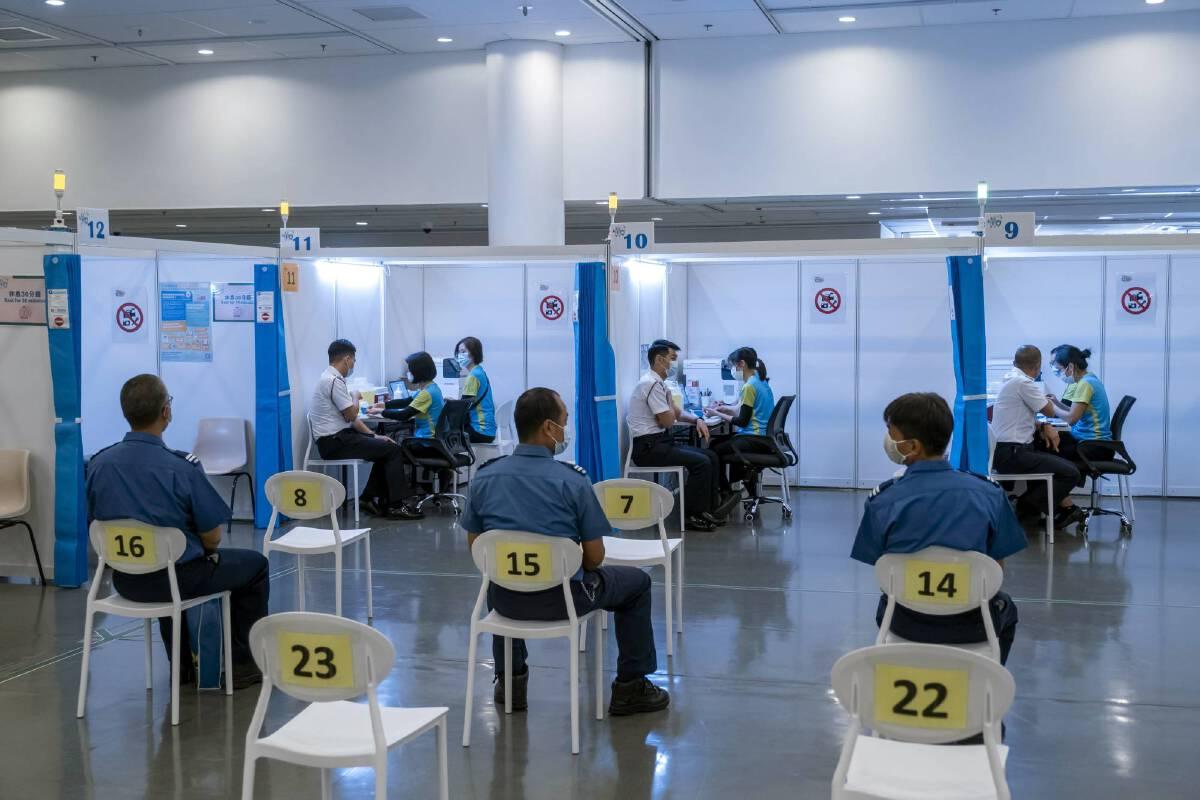 """ฮ่องกงยันไม่เปิดเมืองจนกว่า """"ประชากร 80%"""" จะได้รับวัคซีนป้องกันโควิดแล้ว"""