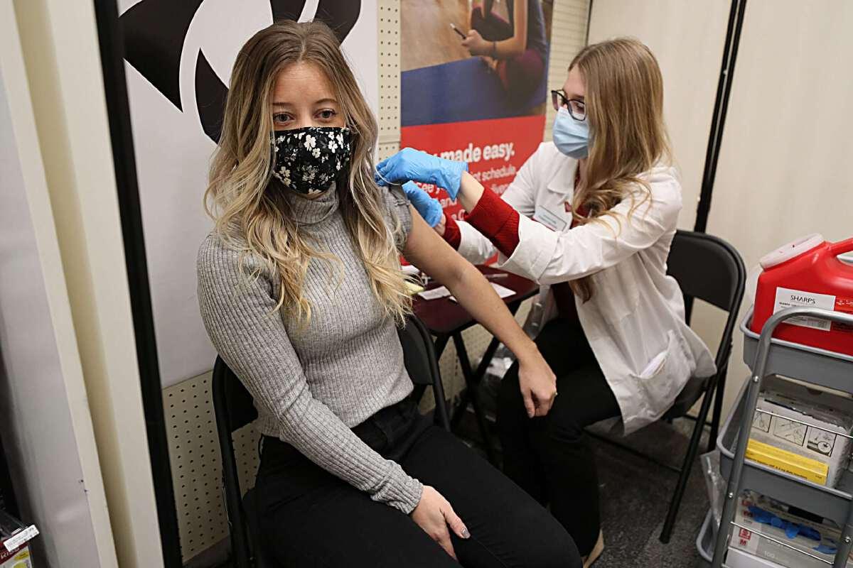 คดีตัวอย่างในสหรัฐ ศาลตัดสินให้บ.เอกชน บังคับพนักงานฉีดวัคซีนโควิดได้