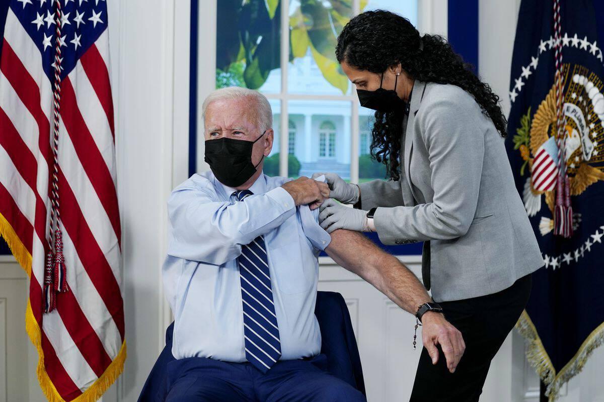 ประธานาธิบดีโจ ไบเดน เข้ารับการ ฉีดวัคซีนกระตุ้นภูมิคุ้มกัน หรือ วัคซีนบูสเตอร์ของบริษัทไฟเซอร์-บิออนเทคที่ทำเนียบขาว