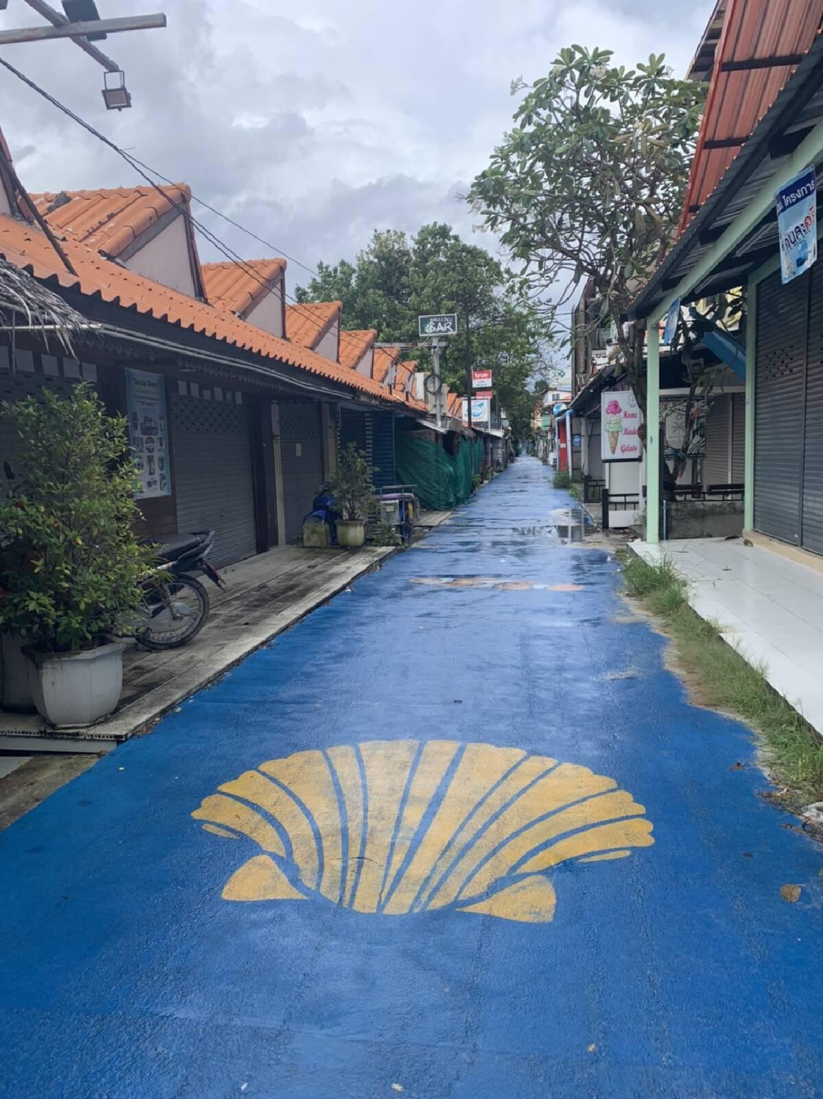 ถนนคนเดินบนเกาะหลีเป๊ะที่รอนักท่องเที่ยวกลับไปเยือน